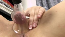 La joven rusa Alessandra Jane bombea sus grandes labios vaginales - Vídeo porno en hd