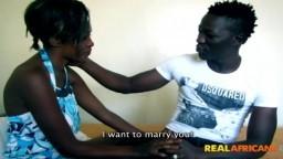 Este negro promete matrimonio a una africana para poder follarla - Vídeo x hd