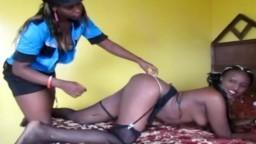 Una policía africana lesbiana folla con una reclusa en una habitación de hotel - Vídeo porno hd