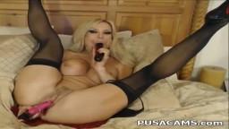 Una milf musculosa con pechos grandes se masturba los dos agujeros en la webcam - Vídeo x hd