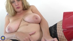 La madura británica con grandes tetas naturales Camilla Creampie ama el sexo guarro - Vídeo x hd
