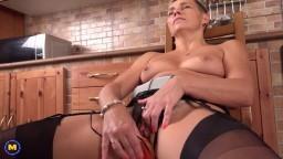 Una mujer madura con el pelo corto se pone un juguete sexual en la almeja - Vídeo porno hd