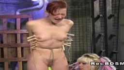 La lesbiana pelirroja Ava torturada en un bdsm con la dominadora Goddess Starla - Vídeo porno hd