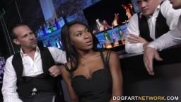 La negra Nadia Jay atrapada en gangbang en el bar de un club - Vídeo porno hd