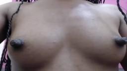 Los largos pezones negros y duros de una negra en la webcam - Vídeo x