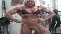 La mujer culturista Lacey entrena semidesnuda - Vídeo porno hd