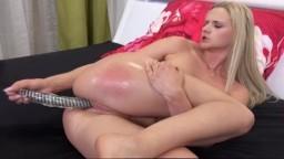 La rubita checa Katy Sky se cubre de pis y se masturba - Vídeo porno hd