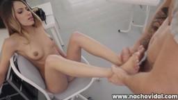 Esta guapa venezolana masturba a Nacho Vidal con sus pies antes de que le clave su polla