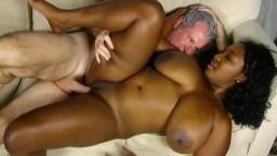 La gorda negra Marie Leone le hace disfrutar de sus tetas enormes - Vídeo porno hd