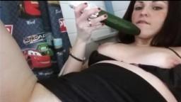 Una joven holandesa se mete un pepino y un plátano - Vídeo porno hd