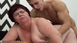 Una abuela obesa perforada por la cola de un semental joven - Vídeo porno hd