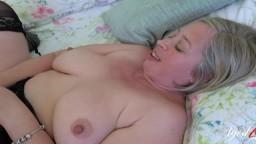 Esta abuela tiene una relación sexual con un joven guitarrista - Vídeo porno hd