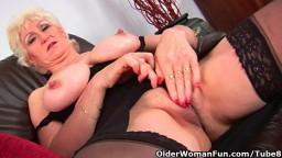 La abuela pechugona Marta toca su vieja vagina - Vídeo porno hd