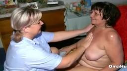 Una abuela se deja masajear la concha por una lesbiana - Vídeo porno hd