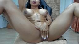 Una mujer culturista colombiana se masturba los agujeros en la webcam