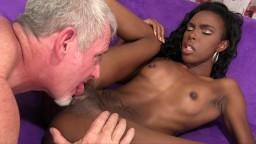 La pequeña negra Shyra Foxx cepillada por un hombre blanco de edad