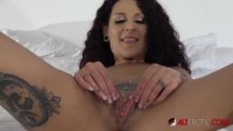La alemana Mara Martínez expone su coño lleno de piercings