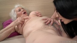 Una vieja abuela lesbiana se deja lamer sus agujeros peludos