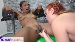 Escena lésbica interracial en el gimnasio entre la negra Lola Marie y la rusa Eva Berger