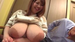 Este tío se divierte con las enormes tetas naturales de una mujer japonesa