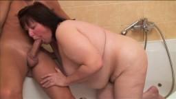 Una gorda y madura amateur chingada por un joven en el baño