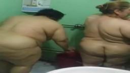 Dos mujeres iraquíes gordas y maduras en la ducha