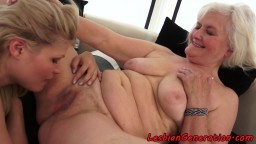 La joven lesbiana húngara Kitty Rich se masturba con la abuela Judi