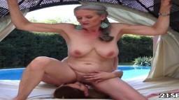 La húngara Candy Sweet tiene una relación sexual con una abuela lesbiana
