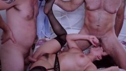 La italiana Valentina Nappi se calienta los agujeros por dos tíos