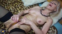 La abuela británica Elaine tiene un orgasmo con un pequeño juguete sexual
