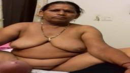 Mujer india madura se desnuda delante de su hombre - Vídeo porno hd