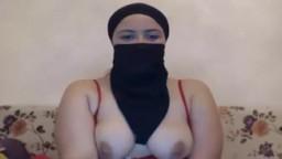 Una árabe en hijab muestra sus tetas en la webcam - Vídeo porno