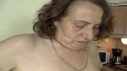 Una abuela alemana se folla a un jovencito en la cocina