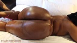 La gorda ninfómana africana Leoni expone su enorme culo y se masturba
