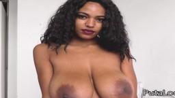 La guapa brasileña con grandes pechos naturales Tina Fire follada por un viejo con una polla pequeña
