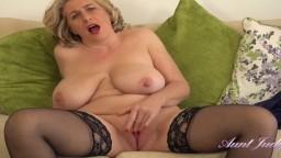 La mujer madura inglesa Camilla Creampie disfruta en solitario