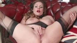 La británica de grandes pechos naturales Sophia Delane se masturba vestida con medias de nylon