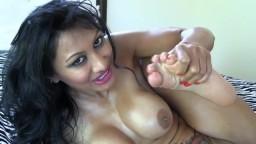 La india de grandes pechos Jasmine chupa sus dedos de los pies - Vídeo porno hd