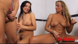 La checa Velvet Angel y su novia hacen un trío en el baño