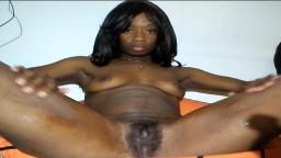 Una amatriz negra juega con su coño delante de la webcam - Vídeo porno hd