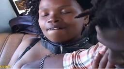 Una africana follada en el asiento trasero de un coche - Vídeo porno hd