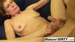 La abuela mira porno antes de ser follada por un chico