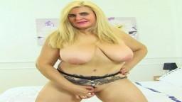 La abuela española Musa Libertina se trabaja el coño con un juguete sexual