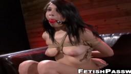 La latina Mia Hurley follada por una máquina de bdsm