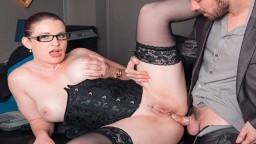Una secretaria francesa con gafas muy guarras follada en su oficina