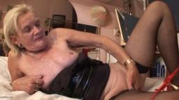 Esta abuela holandesa se consola y se mete los dedos en su viejo coño