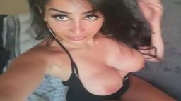 La árabe Neyla Kimy muestra sus grandes tetas rehechas