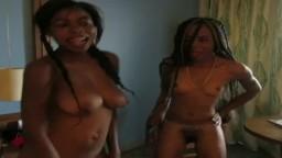 Dos chicas africanas bailan desnudas en una habitación de hotel