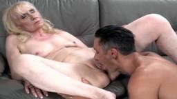 Una abuela cachonda atrapada por un semental musculoso