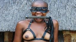 Una mujer africana aprende sexo en el exterior